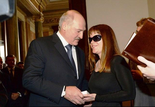 СМИ: Лукашенко отдал подарок Папы Франциска незрячей певице