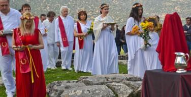 В Греции набирает популярность поклонение Зевсу и прочим древним богам