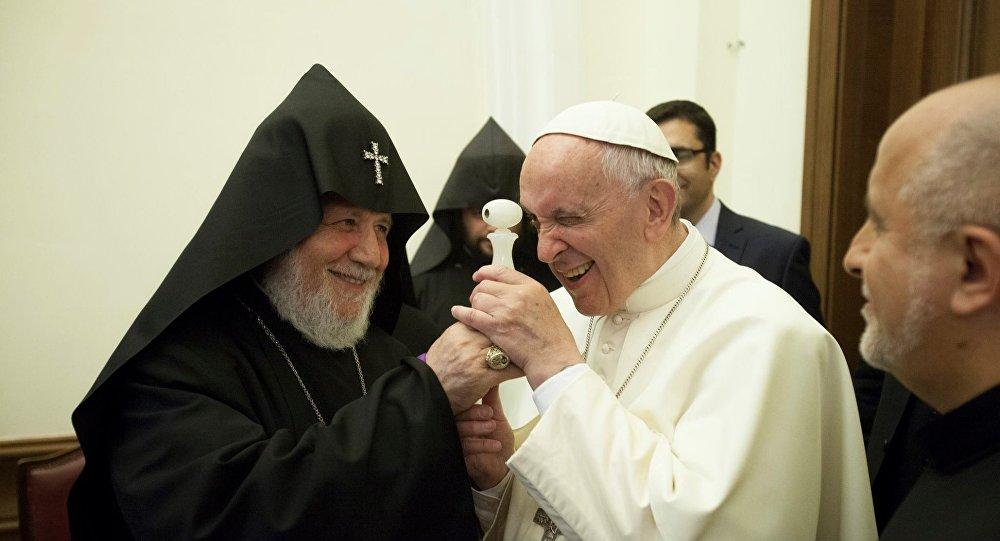 Папе Франциску подарили самый маленький в мире собственный портрет