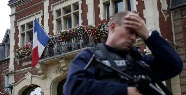 Между смирением и гневом: реакции на убийство священника во Франции