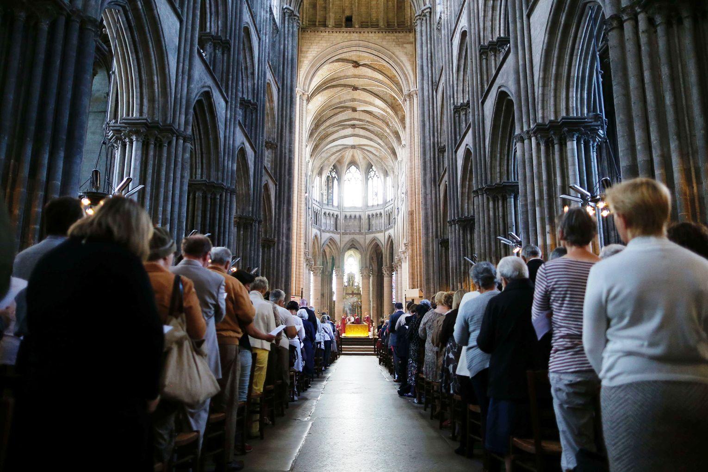 Французские мусульмане пришли в католические храмы, чтобы почтить память убитого священника