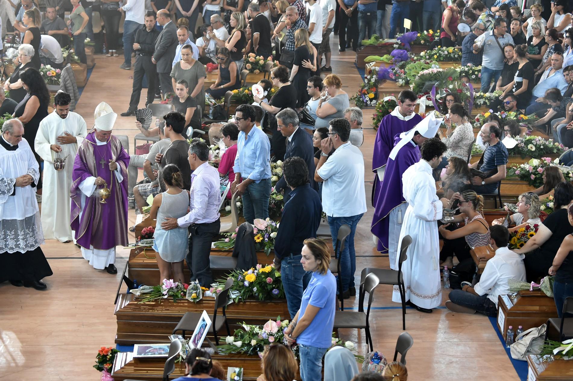 Италия хоронит жертв разрушительного землетрясения