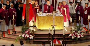 Тысячи людей пришли на похороны убитого священника во Франции