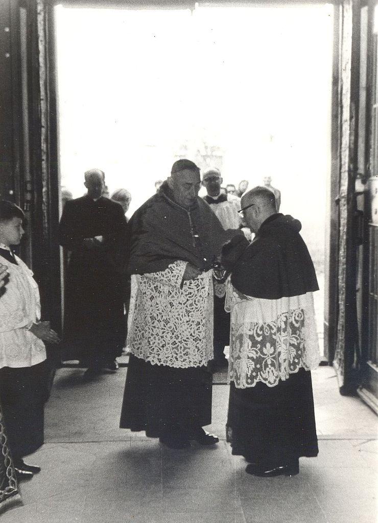 stepan_trochta_-uprostred-_a_vaclav_truxa_-vpravo-_25-5-1969_katedrala-_litomerice-_obr-_2