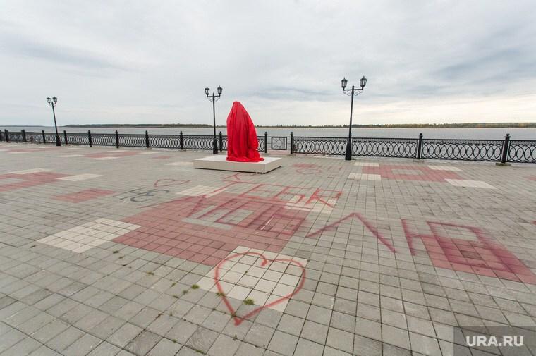 В Сургуте установили памятник Сталину рядом с местом для монумента его жертвам