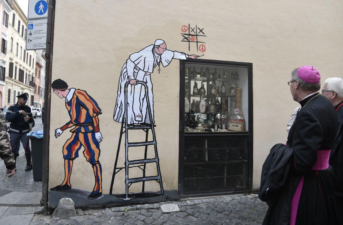 В Италии смыли граффити про Папу Римского