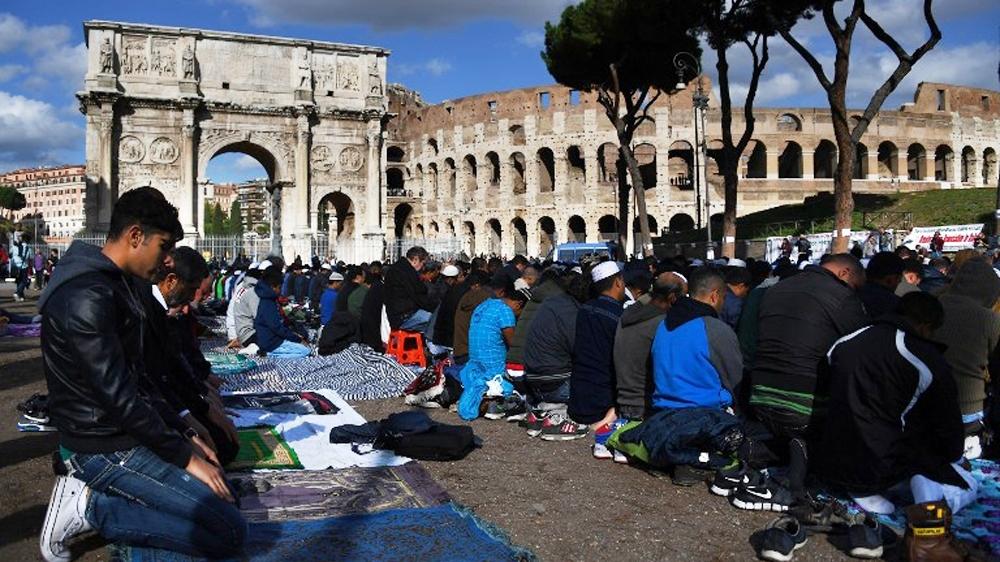 Протестуя против закрытия нелегальных мечетей, мусульмане провели намаз у Колизея