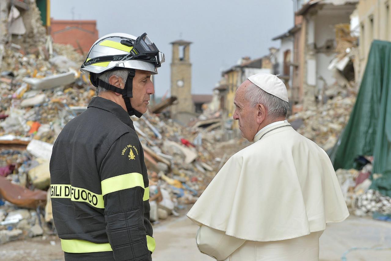 После Кавказа Папа отправился в итальянский Аматриче, больше всего пострадавший от землетрясения (ФОТО)