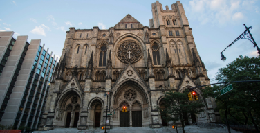«Эволюция» Епископальной церкви: распятие с женской фигурой установлено в соборе Нью-Йорка