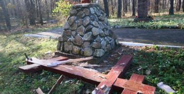 В Курске вандалы спилили крест на братской могиле жертв репрессий
