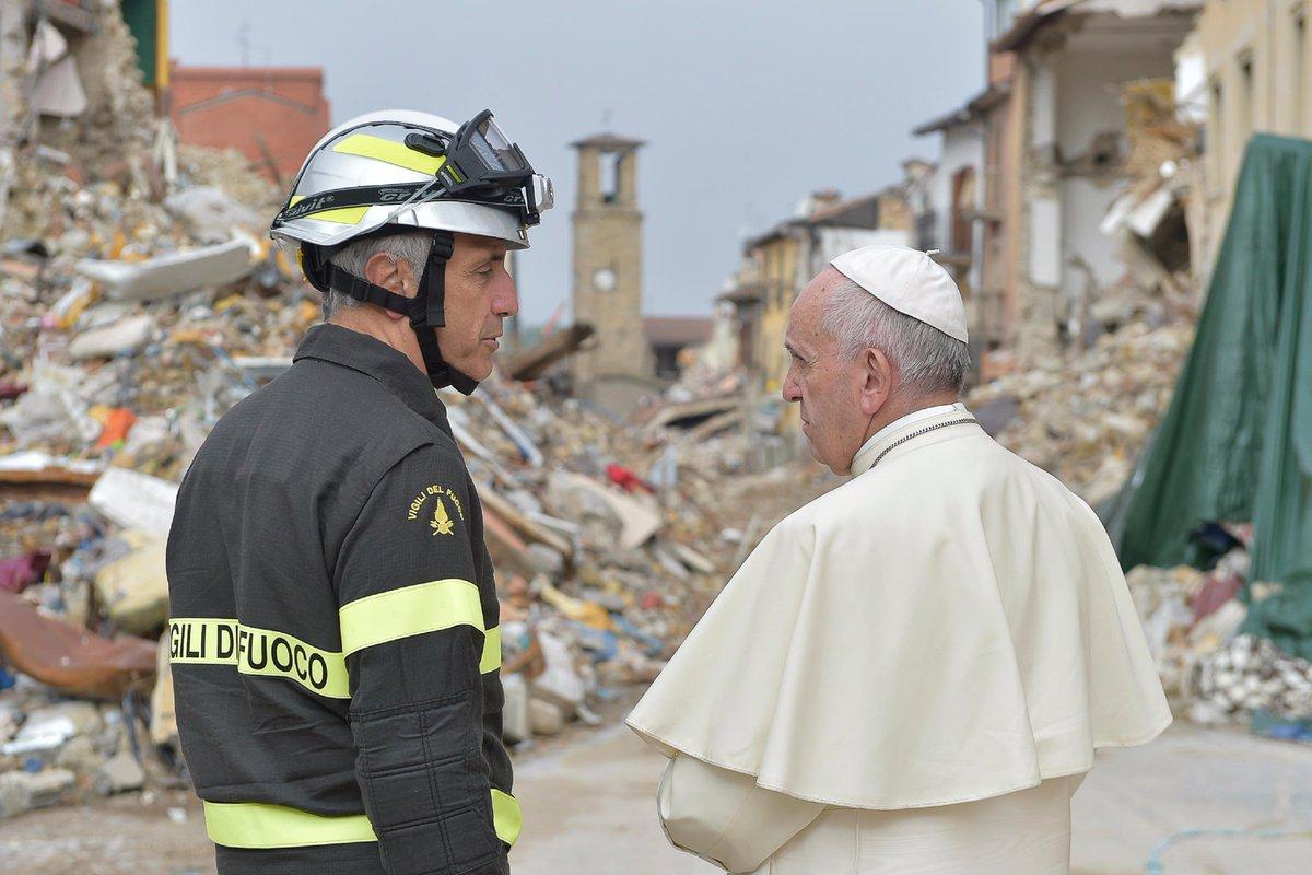 Папа направил ватиканских пожарных и реставраторов в итальянскую область, пострадавшую от землетрясения