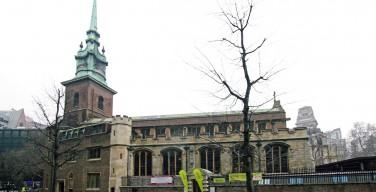 В старейшей церкви Лондона организовали онлайн-трансляции богослужения