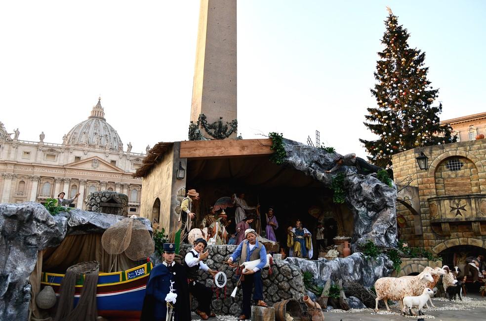 Ватиканские полицейский и пожарный принесут фигурку Младенца Иисуса к яслям на площади Св. Петра