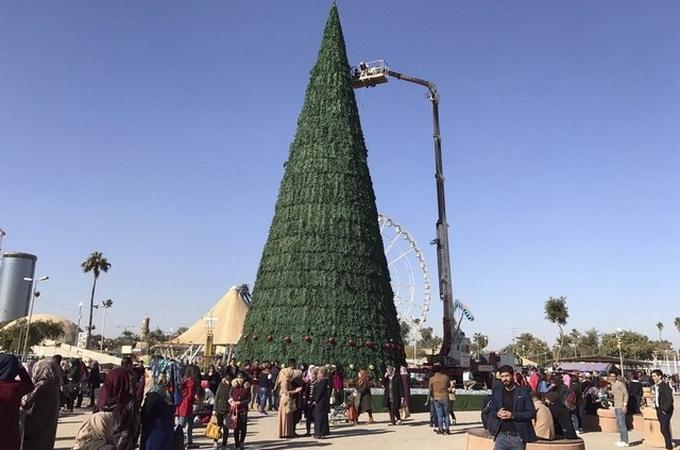 Бизнесмен-мусульманин установил в Багдаде 26-метровую рождественскую ель