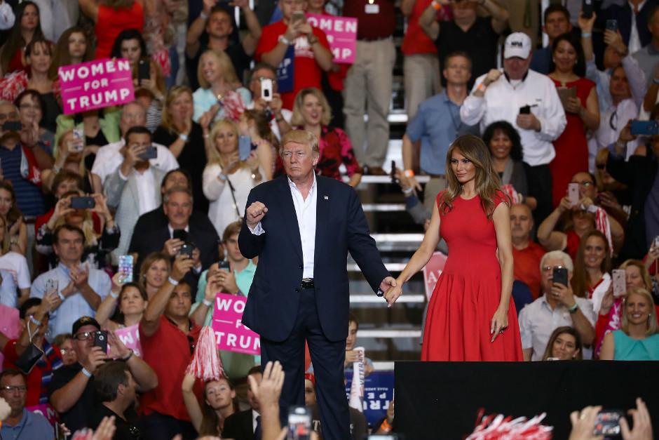 Во Флориде на митинге в поддержку президента Мелания Трамп прочитала «Отче наш» (ВИДЕО)