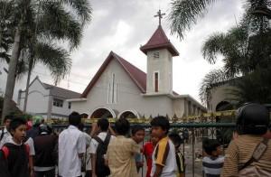 INDONESIA_-_bambini_e_chiesa_attaccataok