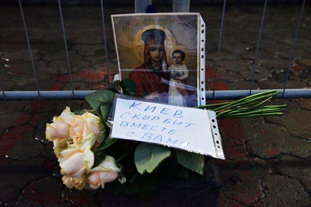 Киевляне несут цветы к посольству РФ после трагедии в Петербурге