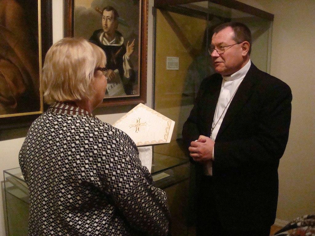 Архиепископ Павел Пецци передал в дар Государственному музею истории религии знаки епископского достоинства