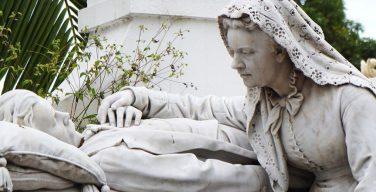 Глубоко религиозные люди и атеисты боятся смерти меньше других