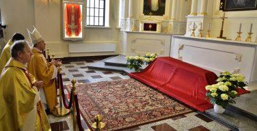 Останки Слуги Божьего Теофилюса Матулёниса перенесли в виленскую часовню Божьего Милосердия