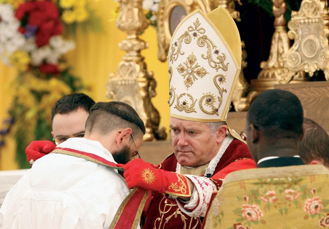 Папа Франциск разрешил епископам-лефевристам рукополагать священников