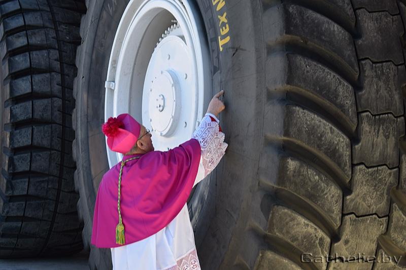 Митрополит Тадеуш Кондрусевич благословил производство самосвалов БелАЗ