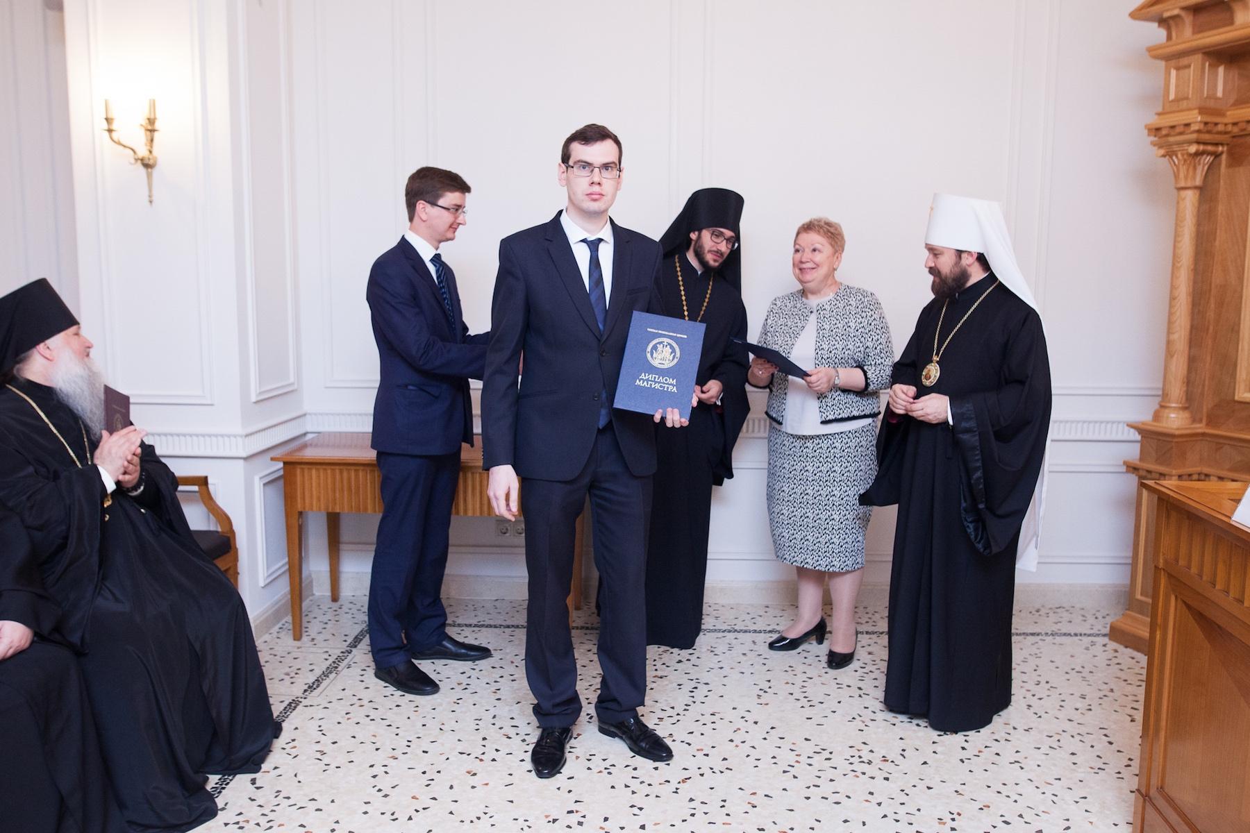 Министр образования вручила в Москве дипломы магистрам-теологам