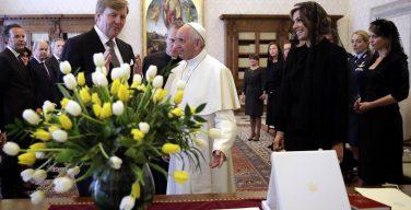 Папа встретился с королем Нидерландов и подарил ему исторический жезл