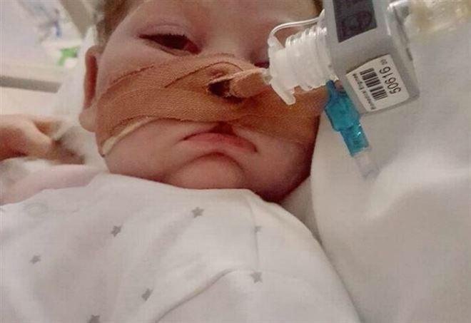 В Ватикане поддержали просьбу родителей тяжелобольного британского младенца не отключать его от системы жизнеобеспечения