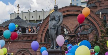 Новосибирские сталинисты требуют снести памятник Николаю II