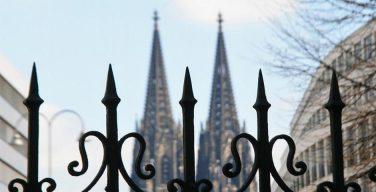 Власти Кельна решили обезопасить городской собор с помощью каменных блоков