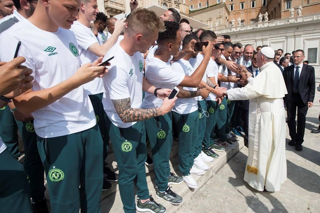 Папа встретился с футболистами «Шапекоэнсе»