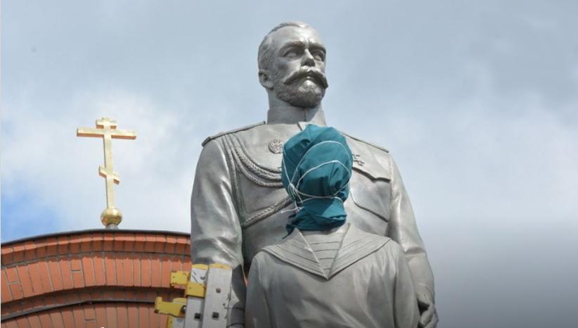 Новосибирск: вандал набросился с топором на памятник Николаю II и цесаревичу Алексию