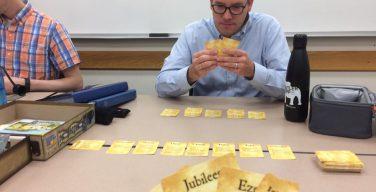 Американский преподаватель обучает студентов Новому Завету с помощью карточной игры