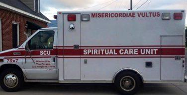 Американский священник приспособил машину скорой помощи под исповедальни