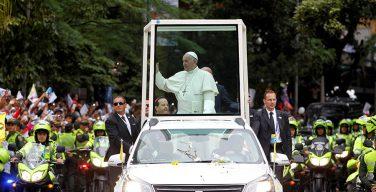 Папа Франциск получил травму в Колумбии во время поездки на «папамобиле»