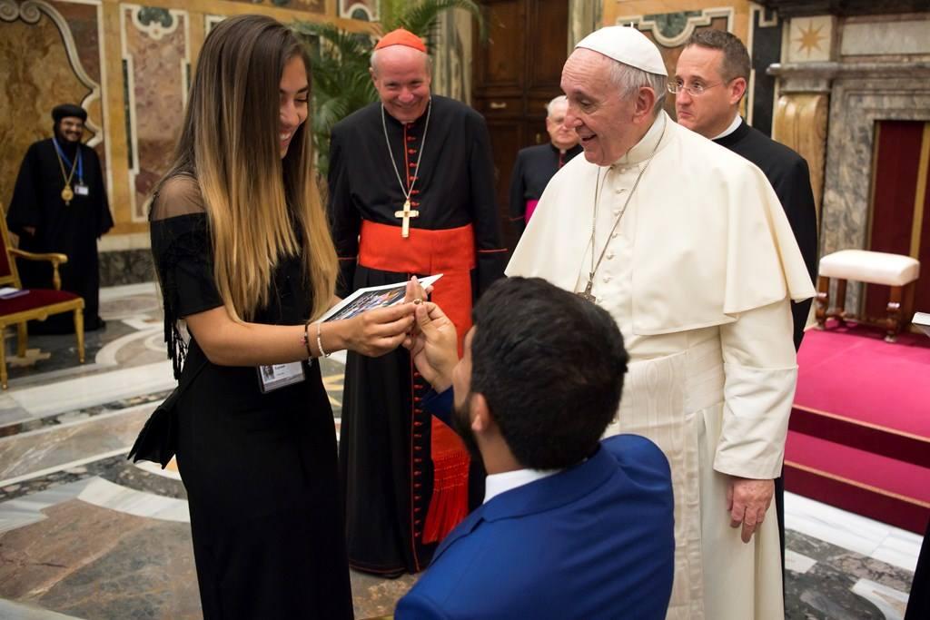 Венесуэльский политик сделал предложение своей девушке на аудиенции у Папы Римского (ВИДЕО)