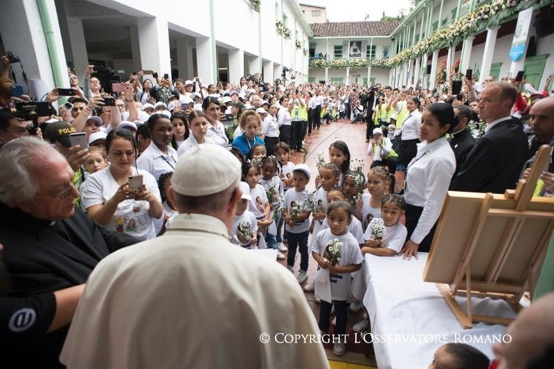 Папа встретился с детьми – жертвами насилия