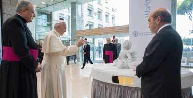 Папа подарил Международной организации ФАО скульптуру утонувшего подростка-мигранта