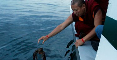 Буддисты нанесли ущерб морской среде обрядом «выпуска жизни на свободу»