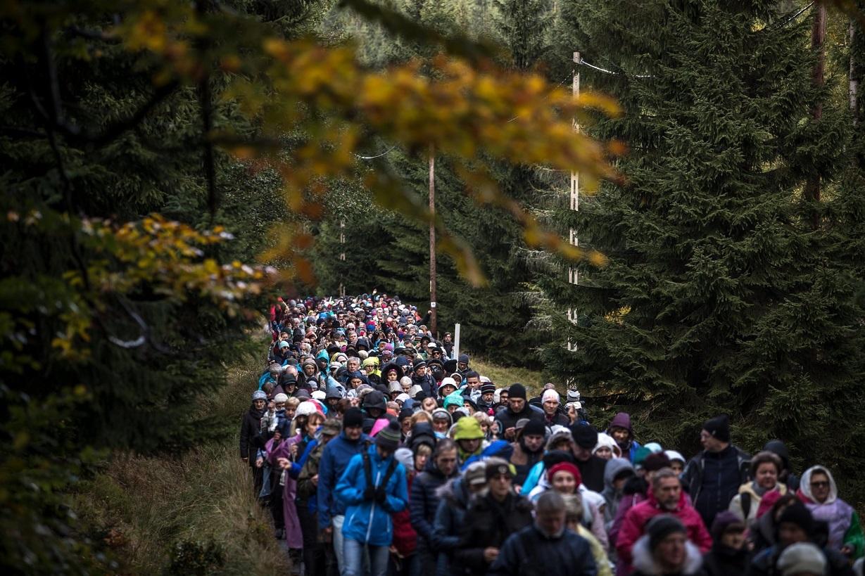 Сотни тысяч польских католиков создали живую цепь вдоль границ Польши