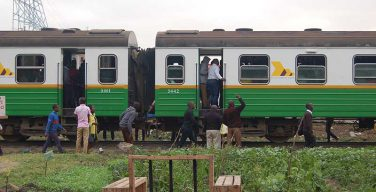 В Африке людей на работу возит поезд-церковь