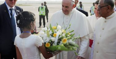 Папа Франциск начал апостольский визит в Бангладеш (ФОТО)