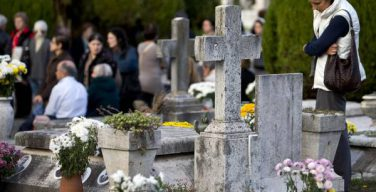 Как поминают усопших родителей католики?