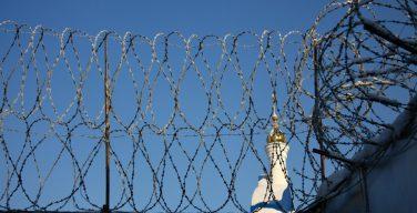 Под Новосибирском сотрудница колонии пыталась зарубить мечом священника