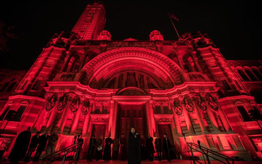 Десятки церквей Великобритании окрасились в цвет крови в знак солидарности с гонимыми христианами (+ ФОТО)
