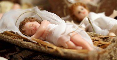 Традиции Адвента: восстановление фигурок Младенца Иисуса для рождественских яслей