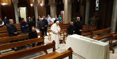 Папа посетил Курию иезуитов в Риме и помолился у гроба брата Муры