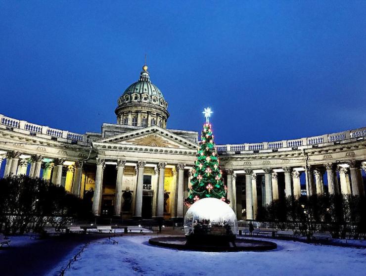Санкт-Петербург: перед Казанским собором установили Рождественский вертеп