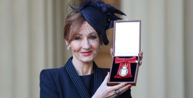Джоан Роулинг получила знак Ордена Кавалеров чести